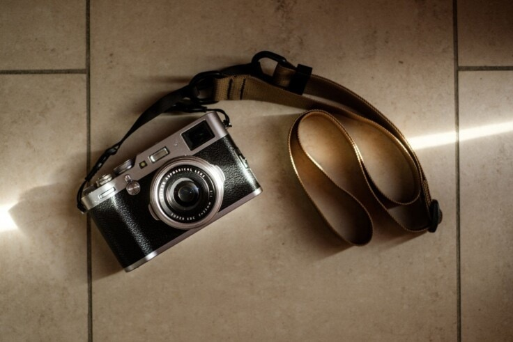 Bert Stephani's Fuji X100F with a Desert Tan Simplr M1a
