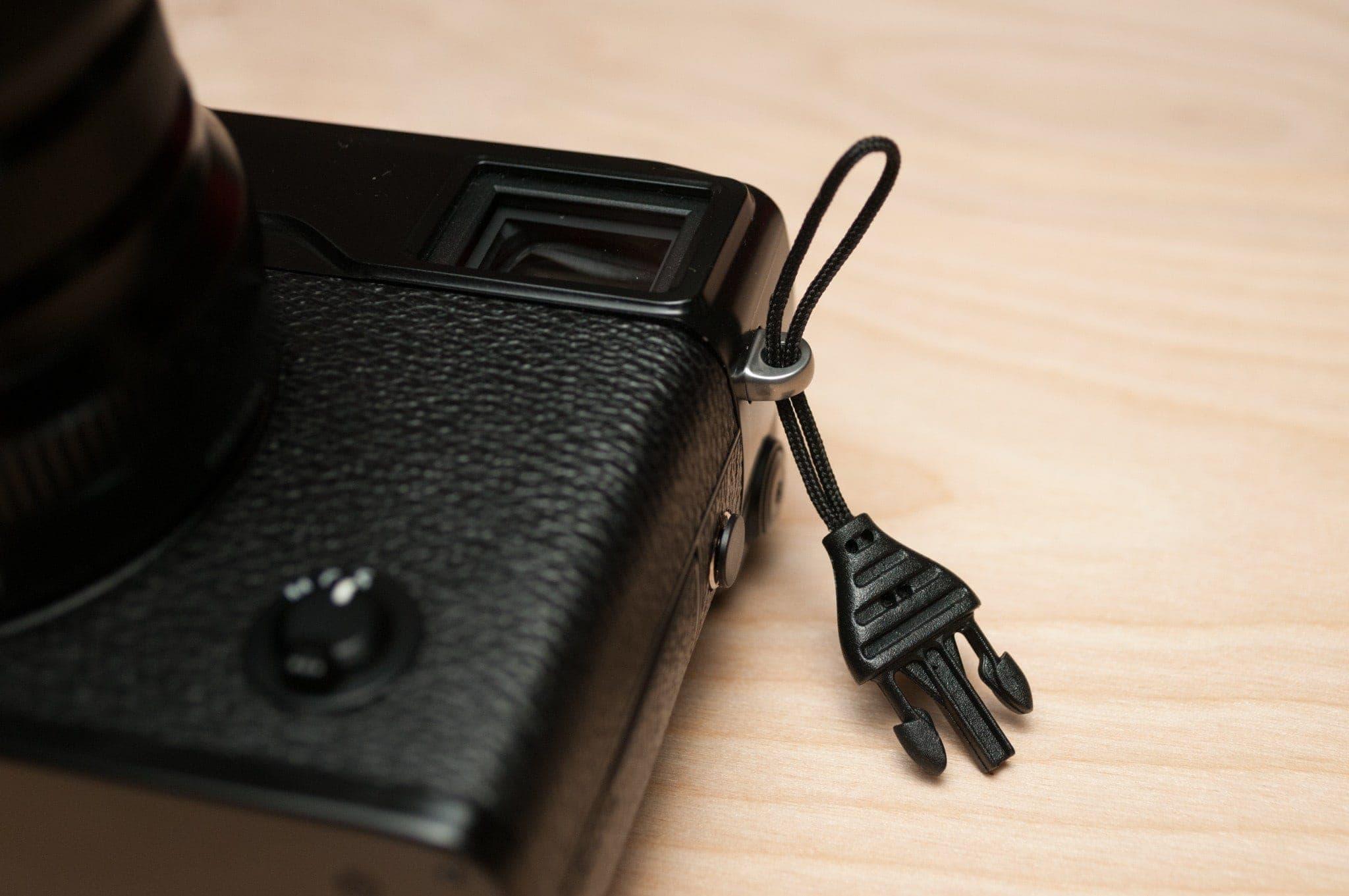 Pase el lazo del cable a través de la correa. Podría ser útil usar un trozo de hilo o hilo dental.