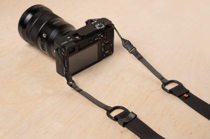 Sony Alpha a1上的Simplr M6300a无反光镜相机带