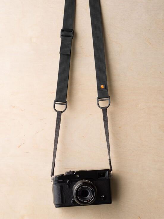 Tali Kamera Simplr F1 dengan warna hitam pada Fuji X-Pro2