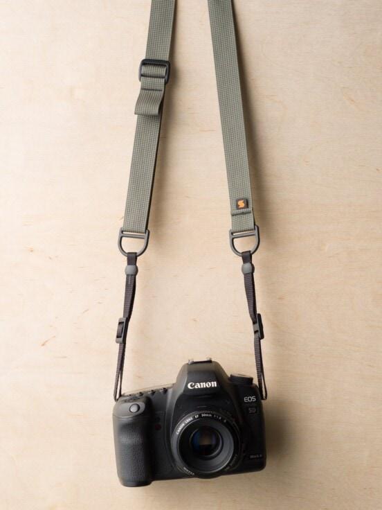 Tracolla F1 Style Sling su Canon 5D Mk II in Castor Grey