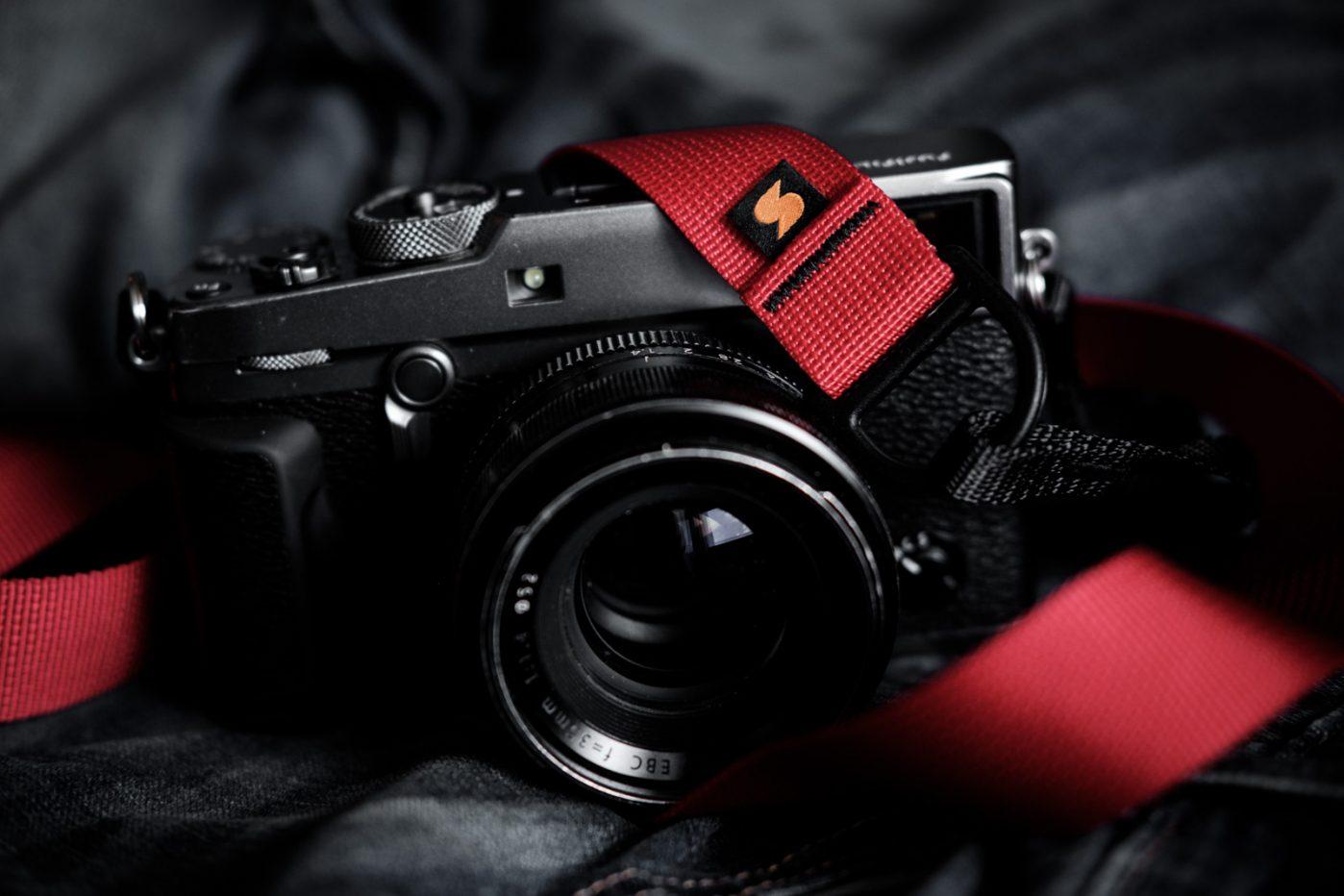 Charlene Winfred recensioni sò Simplr F1 Camera Strap, indicatu quì nantu à u Graphite X-Pro2