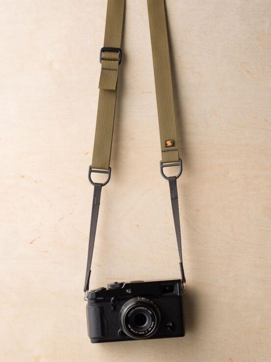 Tali Kamera Simplr F1 dalam Coyote Brown di Fuji X-Pro2