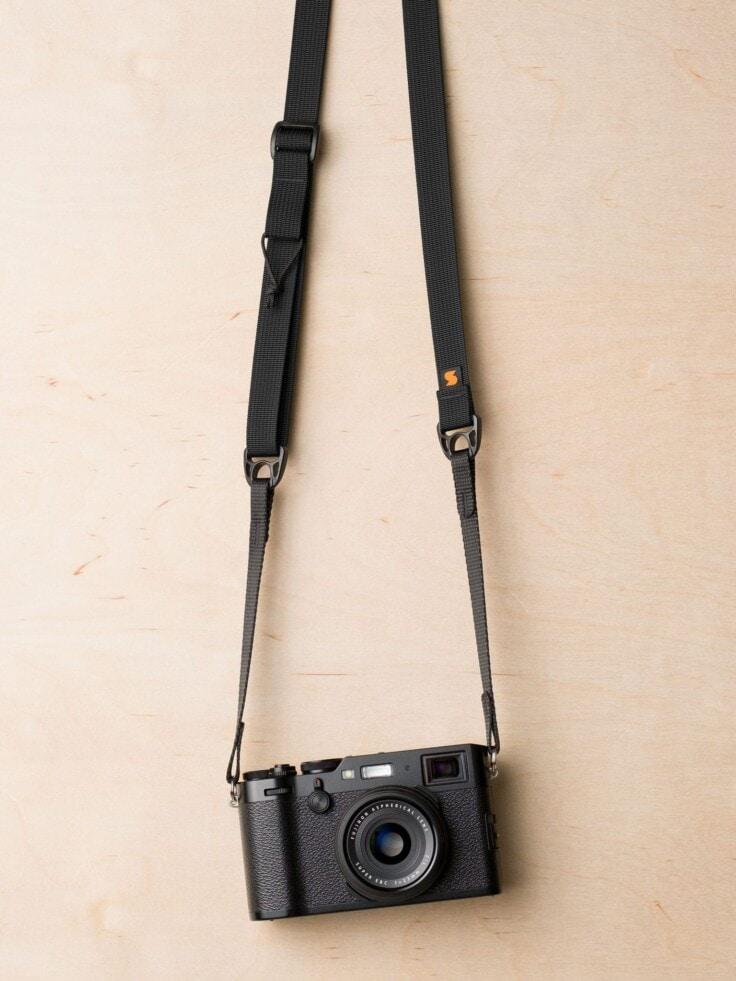 Tali Kamera Simplr F1ultralight dengan warna hitam pada Fuji X100F
